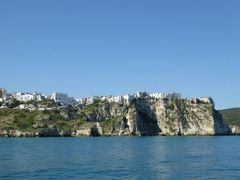 真夏の優雅な南イタリア旅行 Napoli×Puglia♪ Vol39(第4日目午前) ☆ビエステ(Vieste)から高速船で憧れのトレミティ諸島(Isole Tremiti)へ♪船上から美しいペスキチ(Peschici)を眺めて♪