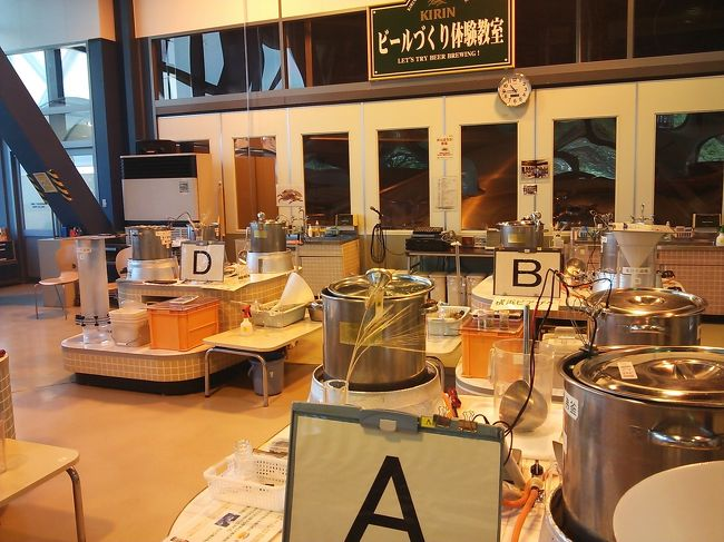 サークルの仲間が<br />キリンビール横浜工場の「ビール作り体験教室」の抽選に当たったというので 参加させてもらいました。<br /><br />今まで ビール工場見学は行ったことがあるが、ビール作りは、初めて<br />めったにできない体験!<br /><br />ほぼ一日仕事でしたが とっても楽しく面白い体験でした。<br /><br />また、機会があったら<br />違うビールに挑戦してみたい。<br /><br /><br />※計量して税務署に申告するとのこと。<br />グループ 中ビン24本のビールが完成。<br />チェック等のために4本は、キリンビールが保管!<br />20本は、私たちの所に〜<br /><br />売ったりすると酒税法に違反だそうです!<br /><br />