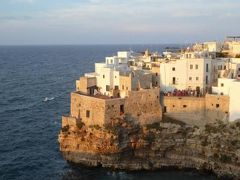 真夏の優雅な南イタリア旅行 Napoli×Puglia♪ Vol97(第7日目夕) ☆ポリニャーノ・ア・マーレ(Polignano a Mare):「Hotel Covo dei Saraceni」の屋上からオレンジ色のポリニャーノ・ア・マーレを眺めて♪