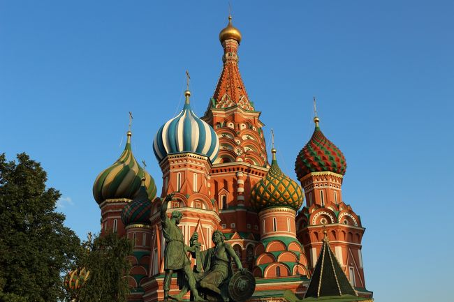 夏季休暇を利用してモスクワを訪れました。<br /><br />【旅行の目的】<br />①赤の広場に立ちワシリー寺院を眺め、クレムリンを見学する<br />②モスクワの名所を訪れ名物を食べる<br />③サーカス観覧<br /><br />【旅行の簡単な日程】<br />8月11日(月)12時過ぎにSU263便で成田を立ち、18時30分頃にホテル到着<br />8月12日(火)現地ガイドとクレムリン見学後、午後は市内をぶらぶらする<br />8月13日(水)市内をぶらぶらする<br />8月14日(木)16時までお土産購入ほか、20時にSU260便で帰国の途に<br />8月15日(金)10時30分に成田空港に到着