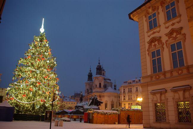 これは、2012年12月にクリスマスマーケットを巡ることを目的に中欧(オーストリア・チェコ<br />・スロバキア・ハンガリー)を訪れた旅行記です。<br /><br />6では、チェコの首都プラハを訪れます。ブラチスラヴァからプラハへ到着。<br />ホテルが目抜き通りのヴァーツラフ広場に面していて、旧市街の目の前だったので、夜も夜明け前も徒歩で歩き回って写真を撮って来ました。<br />12月は明るい時間が短くて観光には不向きのように見えますが、夜景撮影の出来る時間が長いと考えれば、最高です。<br />特にクリスマスイルミネーションの美しいこの時期は、夢の中にいるようです。<br />プラハ編は夜景が多くなると思います。お楽しみに。