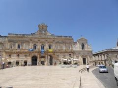 真夏の優雅な南イタリア旅行 Napoli×Puglia♪ Vol111(第8日目昼) ☆オストゥーニ(Ostuni):旧市街のメインストリートVia Cattedraleと中心広場Piazza Riberta♪