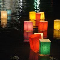 広島平和記念日〜雨の平和記念式典から夜のとうろう流しまで。平和への祈りの一日を見つめます〜