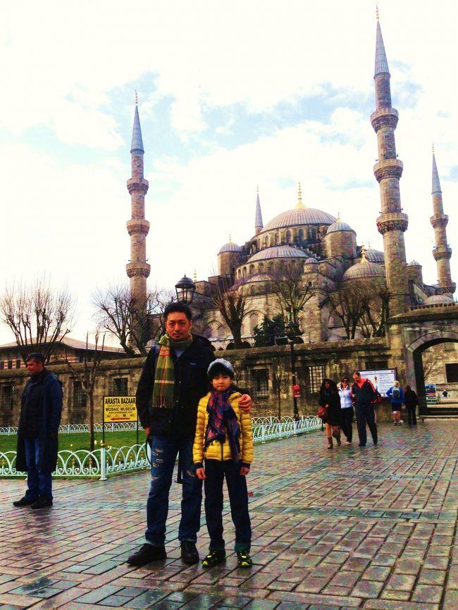 息子(7歳)と3泊5日の弾丸でトルコを旅してきました。<br />小学一年生にとっては大冒険。<br />私にとっても新年度に向けて心機一転、リフレッシュ。<br /><br />この旅行記が、親子でトルコ旅行のキッカケになってくれれば嬉しい限りです。<br /><br />《トルコにした理由》<br />1.世界遺産が多い<br />2.親日派で治安も悪くない <br />3.直行便がある <br />4.イスラム圏なのに酒OK<br /><br />《旅のルール》<br />現地の料理を食べる<br /><br />《スケジュール》<br />3/19 成田発12:55、イスタンブール着18:10 (トルコ航空)<br />3/20 イスタンブール観光<br />3/21 カッパドキア1日観光<br />3/22 イスタンブールをぶらぶらして帰路へ17:15(トルコ航空)<br />3/23 成田到着11:30<br /><br /><br />《旅の予約》<br />航空券・ホテル: エクスペディアのダイナミックパッケージ<br />オプショナルツアー: VELTRA カッパドキア1日観光ツアー<br />(ツアー催行会社: トルキエムツアー) <br />wi-fi: 価格.comでGrobal WiFiを予約<br /><br /><br />旅行記は、イスタンブール編とカッパドキア編の2編に分けて書きます。<br />まずはイスタンブール編をぜひご覧ください。<br />