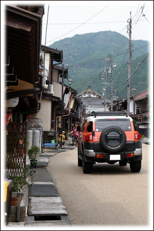 ■夏の車旅、岡山〜福井〜能登半島〜北アルプス〜京都<br /><br /> 恒例となった夏の長距離車旅、全走行距離は2030kmでした。5泊6日のひとり旅日記、第11編です。表紙の写真は郡上八幡の古い町並みです。<br /><br />≪夏の車旅、旅行4日目≫<br />▼松本城/ 長野県松本市丸の内<br />▼道の駅「風穴の里」/長野県松本市安曇<br />▼飛騨大鍾乳洞/岐阜県高山市丹生川町<br />▼飛騨高山古い町並み/岐阜県高山市昭和町<br />▼郡上八幡古い町並み/岐阜県郡上市八幡町<br />▼郡上八幡城/岐阜県郡上市八幡町<br />▼大津市内H泊<br /> 旅行5日目へつづく・・・<br /><br />▼郡上八幡古い町並み&郡上八幡城/岐阜県郡上市八幡町<br /> 東海北陸自動車道の郡上八幡IC直前の亀尾島トンネル(下り線)を抜け、右手に広がる市街地が郡上八幡です。<br /> 真っ先に目にとまるのが市街地奥の山頂にそびえる郡上八幡城です。1559年遠藤盛数が砦を築いたのが始まり。山城なので城下町を一望することができます。<br /> 長良川の上流に位置し、「宗祇水」に代表される清冽な水と夏の郡上おどりで有名な郡上八幡。<br /> 職人町、鍛冶屋町といった町名にひかれてそぞろ歩けば、そこには古い家並みとその軒先をほとばしるように流れる水路があります。<br /> 柳町の家々は侍町のおもかげを残しており、隣家との境に袖壁をもつのが特徴。江戸時代から変わらない地元の暮らしを感じることができます。<br /><br />【手記】<br /> 夏の車旅4日目の早朝、松本駅前のHから松本城へやって来ました。この日の訪問地は飛騨高山の古い町並みと郡上八幡の古い町並みとなりました。郡上八幡市散策は初めてで楽しみにしておりました。<br /> 前日は無理な行軍が祟って異様に疲れていましたが、昨晩、焼肉屋さんで飲みあげて^^;ぐっすりと寝ましたので体力が回復!元気になりました。ウッシ!<br /><br />