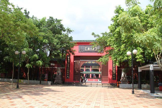 香港4日目。<br /><br />いつも「モヤくま」ツアーのご利用ありがとうございます。<br />3泊4日「羽田発JALで行く、オフィシャルホテルに宿泊、香港ディズニーランド」のお客様は本日帰国となります。【帰国組】<br /><br />なお、5泊8日「羽田発キャセイ利用、オフィシャルホテルに宿泊、香港ディズニーランド + 芸術の都パリ」の旅のお客様は、市内観光の後、深夜便でパリへ向かいます。【残留組】<br /><br />では、本日のスケジュールをご案内いたします。<br />・起床次第、ホテル内「シェフ・ミッキー」で朝食。<br />・朝食後、荷物の準備をしてチェックアウト時間ギリギリまで滞在。<br />【帰国組】(妻と次女)は、ホテルから空港へ<br />【残留組】(私と長女)は、市内へ戻り、もう少しモヤモヤ観光をしてから空港へ<br />それぞれ向かっていただきますのでご注意ください。なんちゃって(笑)<br /><br />さて、帰国組は空港までのコースを考えねばいけません。<br />ディズニーランドから空港まで直行のバスくらいあるだろう。。。と考えていたのですが、見事撃沈。<br /><案1>MTR+AEL(青衣Tsing Yi乗換)<br /><案2>エアバス R8+Lantau Linkで乗換えて空港<br /><案3>タクシーで直行<br />エアバスは費用も安く魅力的だったのですが、途中の乗り換えが面倒(2階建てバスでスーツケースは面倒そう)だし、Lantauがどういう所かが分からなかったので、一番確実で分かりやすそうな、<案1>にしました。<br />とはいえ、〈案1〉でも、二回乗り換えが必要なんですよね~<br /><br />さて、パリ行きの二人は、深夜発(CX261 0:05発)なので、帰国組の二人を青衣まで送りつつ、もう一度市内観光に繰り出すことにしました。<br />モヤモヤくま~ず(ハーフ)のスタートです。<br /><br />しかしまぁ、MTRの料金絡みは失敗だらけ。モヤモヤするためには、お金を気にしない事か、弾力的に対応出来るようにしないとダメですね。<br /><br />【残留組 行程】<br />ホテル(Disney&#39;s Hollywood HOTEL)<br /> ↓<br />DisneyResort駅<br /> ↓ MTR(Disney Resort Line)<br /> sunny bay駅<br /> ↓ MTR(Tung Chung Line)<br />  Tsing Yi駅 <帰国チームとお別れ><br /> ↓ MTR(Tung Chung Line)<br />kowloon駅 <CX563チェックイン><br /> ↓ AEL シャトルバスK4<br /> シェラトン香港&タワーズ<br /> ↓(徒歩)<br /> East Tim Sha Tsu駅<br /> ↓ MTR(West Rail Line)<br /> Hong Hom駅<br /> ↓ MTR(East Rail Line)<br /> Tai Wai駅<br /> ↓ MTR(Ma On Shan Line)<br />Che Kung Temple駅<br /> ↓ (徒歩)<br /><車公廟 Che Kung Temple><br /> ↓<br />(略 往路と同じ)<br /> ↓<br />East Tim Sha Tsu駅<br /> ↓ (徒歩)<br /><アヴェニュー・オブ・スターズ>(徒歩での観光)<br /> ↓ (徒歩)<br />Tim Sha Tsu駅<br /> ↓ MTR(Tsuen Wan Line)<br />Admirality駅<br /> ↓<br /> <TRAMでギリギリ看板体験?><br /> Happy ballay<br /> ↓ TRAM<br /> Admirality駅<br /> ↓ MTR(Tsuen Wan Line)<br /> Tim Sha Tsu駅<br /> ↓ AEL シャトルバスK3<br />kowloon駅<br /> ↓ AEL<br />HongKong AirPort<br /><br /><参考>この行程でのMTR運賃<br />DisneyResort駅   → kowloon駅         HK$19<br />East Tim Sha Tsu駅 → Che Kung Temple駅 HK$ 9.7<br />Tim Sha Tsu駅    → Admirality駅      HK$ 9<br /><br />1日にHK$55を超える場合は、<br />Adult 