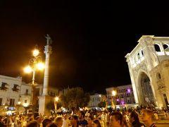 真夏の優雅な南イタリア旅行 Napoli×Puglia♪ Vol219(第11日目夜) ☆レッチェ(Lecce):レストランからPalazzo Rolloの「Charme in ROSA」へ賑わう夜景を眺めながら歩く♪