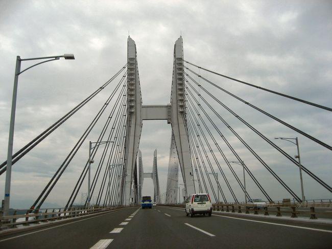 瀬戸中央自動車道<br /> 日本で最初に国立公園に指定された瀬戸内海の優美な多島海の真ん中を通る、道路と鉄道の併用ルートです。本州四国連絡橋3ルートの先陣をきり、昭和63年に開通しました。ルートは道路37.3km、鉄道32.4kmで、海峡部9.4kmに架かる6橋を総称して瀬戸大橋と呼ばれています。吊橋、斜張橋、トラス橋など、世界最大級の橋梁が連なる姿は壮観です。