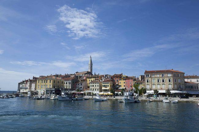 イタリア・トリエステからイストラ(イストリア)半島までは夏休み(7〜8月)限定で高速船が運行されています。なかでもロヴィニへは週あたりの本数も多くて便利。高速船ですので甲板には出られませんが、その分、時間が節約できて大変快適でした。メモ代わりに旅程をまとめてみます。<br /><br />使ったのは「トリエステ・ラインズ」。平日はロヴィニ(Rovinj/ 伊Rovigno)直行便があり、トリエステから1時間25分で到着します。水曜日は運行なし。週末は運行時間がほんの少し違います(途中寄港があったりするため)。<br /><br />Trieste Lines (英語)<br />http://www.triestelines.it/eng/paginacollegamenti.php?idg=1<br />Trieste Lines (イタリア語)<br />http://www.triestelines.it/index.php<br /><br />参考までに私たちの使った便(月曜日)は……<br />行き Trieste 9.00 - Rovinj/Rovigno 10.25<br />帰り Rovinj/Rovigno 18.05 - Trieste 19.30 <br />チケットは往復40ユーロ。トリエステの埠頭にあるチケットオフィスで購入、クレジットカード利用可。国境をまたぐのでパスポートが必要です。<br /><br />*Trieste Lines は他にトリエステ - ピラン(伊 Pirano) - プーラ(伊 Pola)を結ぶ便があります。<br /><br />**夏季以外のトリエステ〜イストラ半島のアクセスについてはトリエステ・バスターミナルの国際線バス情報を参照して下さい。<br />http://www.autostazionetrieste.it/index.php?option=com_content&amp;task=view&amp;id=2&amp;Itemid=3