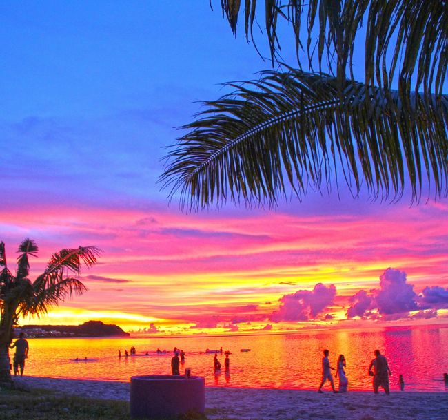 美しすぎるグアムのビーチとサンセット<br /><br /><br />とにかくのんびり過ごす旅がしたい<br /><br />綺麗な海で思いのまま泳ぎたい<br /><br />喉が渇けばビーチでビールを飲もう<br /><br />そんな単純な発想から<br /><br />グアム行きを思い立つ!<br /><br />ひたすらビーチで遊ぶ3日間。<br /><br />一日はビキニアイランドでジェットスキーとシュノーケルを楽しむ予定。<br /><br />HISチャイナエアラインのチャーター便にてグアムへ<br /><br />「表紙の写真はグアム観光協会主催<br />グアムフォトコンテストで入選に<br />2015グアムカレンダーになりました。」