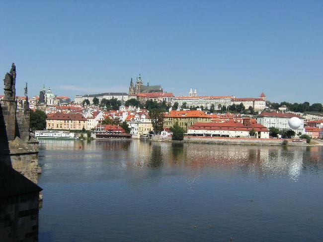 3日目:昼食後の次のチェコのプラハへ   プラハ泊パルチェロホテル<br /><br />4日目:世界遺産の歴史地区プラハ城やカレル橋を、ボヘミヤンガラスはクリスタルグラスやイタリアで衝動買いした同じワイングラスもあった。<br /><br />もともと民族が異なるチェコとスロバキャがそれぞれ完全独立したのは1993年。<br />