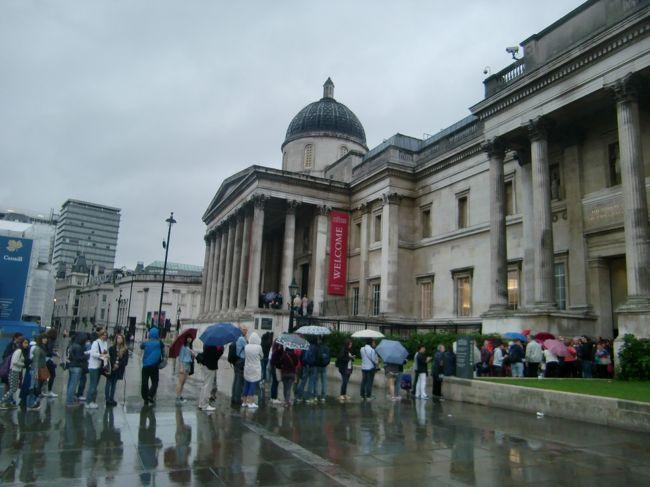 観光二日目、日曜日。この日は、ロンドン到着(金曜日)時点の天気予想が「丸一日雨」だったため、観光初日(つまり昨日)に行こうとしていた大英博物館を「雨の日曜日はインドアにしよう」と、後ろ倒しにしていました。そして、昨日初めて食べたフィッシュアンドチップスが結構イケてたので、「イギリス料理=まずい」が払拭され、イギリスに来たからにはサンデーローストも外せない。という思いがかなり盛り上がってきました。英国伝統、日曜日の昼にロースト肉(ビーフでもポークでもチキンでもラムでも何でもアリらしい)を食べる「サンデーロースト」を体験しておきたい。<br />で、ネットで色々探してみたが、大英博物館近くで、なかなか良い候補が見つからず、、、、。<br />その一方、ナショナル・ギャラリーの近く、聖マーティン・イン・ザ・フィールズ教会の地下にある「カフェ・イン・ザ・クリプト」というカフェでも日曜日にローストを食べられることを発見!<br />予定変更!!<br />大英博物館は別の日に回して、本日はナショナル・ギャラリー鑑賞とお昼に「カフェ・イン・ザ・クリプト」でサンデーローストを食べる ことにしました。<br />教会の地下=お墓の上 で食事するのは貴重な経験でした。<br /><br /><br />□ 8/ 8 羽田→ミュンヘン→ロンドン     ロンドン泊<br />■ 8/ 9-13 ロンドン観光           ロンドン泊<br />□ 8/14 ソールズベリー、バース        バース泊<br />□ 8/15 コッツウォルズ            ストラウド泊<br />□ 8/16 コッツウォルズ           ヒースロー泊<br />□ 8/17 ロンドン→フランクフルト→(機中泊)  機中泊<br />□ 8/18 →成田<br /><br />■:当ページの旅行記で記述している部分です。<br /><br />この旅行の初日からご覧になりたい方は、こちらをどうぞ<br />http://4travel.jp/travelogue/10920863<br /><br />