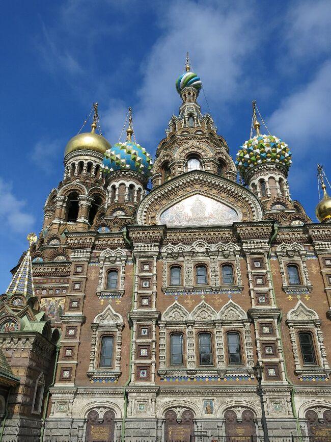 (写真は血の上の救世主教会/サンクトペテルブルグ)<br /><br />さて暑かった夏も終わり、ロシア旅行にはいい時期となりました。 なかなかビザの取得や日程の調整がめんどうな国ですが、台風も一休みとなった今、出かけることにします。 旅は行けるうちに行くことが基本です。 <br /><br /> この国の歴史は他のヨーロッパ諸国と較べれば意外と浅く、14・15世紀はモンゴル軍に支配されていたのであり、ロマノフ王朝が成立したのが1613年、それが約300年間続いたのですから、日本でいえばちょうど徳川時代にあたります。 そしてなんといっても国土が日本の45倍もあるにもかかわらず、人口はたったの1億4000万人ほど(日本よりわずかに多いだけ)。 寒冷地が多いといってもほとんどが平地。 月や火星で暮らすよりはまだまだ快適に思えます。 ペレストロイカによってかつてのソ連邦は十以上の国に分裂しましたが、さてこの先どうなるかわかりません。 狭い日本に住んでいるとロシアという超巨大国家は理解しようがありません。<br /><br /> ・ピョートルの思い残して夏がゆく<br /><br /> ・カラス啼き赤の広場に夕陽落つ   <悠遊人><br /><br /> ・広き国 土地も荒れるが心も荒れる<br /><br />●日本のサービス、海外のサービス<br /><br />ロシアの3☆ホテルでいくつかのトラブルに会いました。 まずカードキーですが初日から部屋が空かない。 しょうがない、また荷物を持ってフロントに駆け合い、開けてもらうことになりますが、原因はドア側の電池切れでありました。<br />次のホテルでは部屋のセーフテイボックスが開かない。 閉めることはできたが開けられないのだ。 四ケタの番号を入れるだけなのだから間違うはずもない。 つまり彼らの考え・やり方は故障が出て、客からクレームがあって初めて対処するのである。 電池が切れそうだからといって、前もって替えることはない。 私はこれを事故/ジコ対策というより事後/ジゴ対策と呼んでいるが、湯がでない、電球が切れている、などもみな同じ類である。 これは中国やほかの多くの国にもまるっきりそのまま当てはまる。<br /> 対して日本ではそういうことの無いように前もってメンテナンスをしっかりしておくのが当たり前。 それがオモテナシの基本であり、最低限のサービスというものです。 <br /><br /> ・サービスは経験プラス予測なり   <悠遊人><br /><br /> ・教会は二階がないってホンマかい   <僧階><br /><br /> ・歯が痛い今日はビールが明日ピリン <痛し旨し><br /><br />