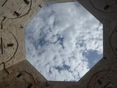 真夏の優雅な南イタリア旅行 Napoli×Puglia♪ Vol337(第18日目午前) ☆世界遺産カステル・デル・モンテ(Castel del Monte)の美しい八角の中庭♪