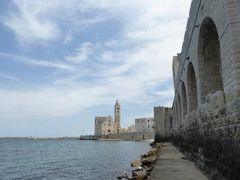 真夏の優雅な南イタリア旅行 Napoli×Puglia♪ Vol341(第18日目昼) ☆トラーニ(Trani):美しい大聖堂をトラーニ城の海側から眺めて♪