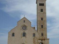真夏の優雅な南イタリア旅行 Napoli×Puglia♪ Vol342(第18日目昼) ☆トラーニ(Trani):トラーニ城から美しい大聖堂を眺めながらレストランへ歩く♪