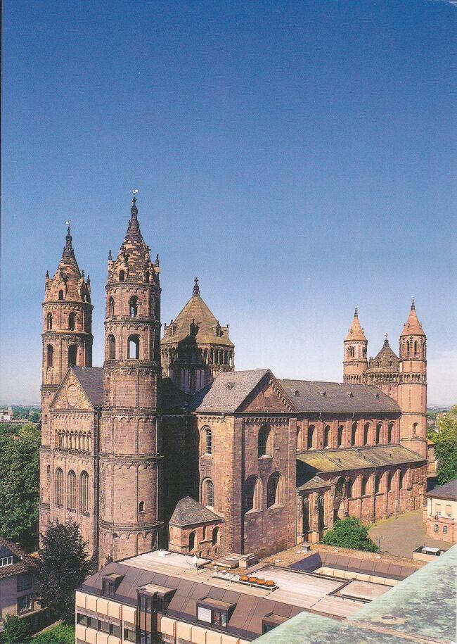 8/21(木)、2日目。<br />シュパイヤーからヴォルムスに来ました。<br /><br />マインツの南50キロ、紀元前にはケルト人が居住していたライン川左岸の古い町です。人口8万人強。ワイン:リープフラウ・ミルヒは当地の名産。<br /><br />シュパイヤー同様中世ドイツ史の中でたびたび名前が出てくる重要な都市です。<br />アウグストス帝の時代ローマ軍の駐屯地となり、413〜436年の間はブルグント王国の首都でした。この時のブルグント王国の興亡が13世紀の英雄叙事詩「ニーベルンゲンの歌」に描かれています。のちフランク王国の領土となり、カール大帝シャルルマーニュの時には王宮の一つが置かれていました。<br /><br />神聖ローマ帝国時代100回を超える帝国会議がこの町で開かれました。<br />1521年に開かれた会議はとくに重要で、皇帝カール5世がマルチン・ルターを会議に召喚しルターの言説(宗教改革運動、ローマ教皇の権威否定など)の撤回を求めたがルターはこれを拒否した。教皇はルターを破門し、皇帝はルターを帝国追放刑に処した。<br />法の保護の権利をはく奪されたルターを庇護したのがザクセン選帝侯フリートリヒ賢公でした。ヴァルトブルク城で新約聖書のドイツ語訳を完成し、聖書が広く民衆にも読まれるようになり宗教改革運動は大きな広がりを見せることになりました。<br /><br />もう一つ重要なのがヴォルムス協約です。<br />皇帝とローマ教皇との間で長年争われてきた聖職者(司教、修道院長など高位聖職者)叙任権闘争、1077年のカノッサの屈辱事件など、が1122年、ヴォルムス協約により一応決着したのです。叙任権は教皇側にあり、という内容です。<br /><br />ドイツ30年戦争、プファルツ継承戦争で町が荒廃したのもシュパイヤーに似ています。<br /><br />写真はヴォルムス大聖堂。絵葉書です。
