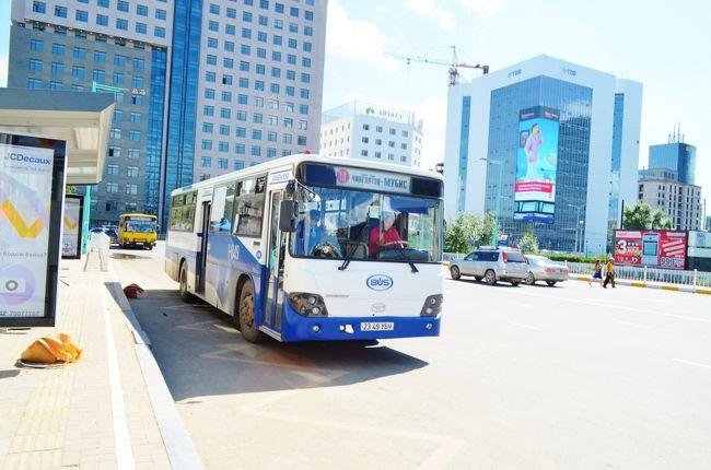 ウランバートルのチンギスハーン国際空港からウランバートル市内までの交通手段はバスとタクシーがあげられるが、バスは空港内の敷地に入らず、近くの団地が発着乗り場になっており、空港から少し歩かなければならない。<br /><br />しかしバスを利用した場合、市内中心部まで500トゥグルグ、約30円程度で所要時間は40分程度。タクシーを利用した場合約1200円程度かかるので、日中であれば15分に1本くらいの本数が走るバスの利用は、コスパにおいて非常に利用価値のある公共交通機関である。<br /><br />今回この旅行記では、空港から市内へ向かうバスをピックアップしたい。