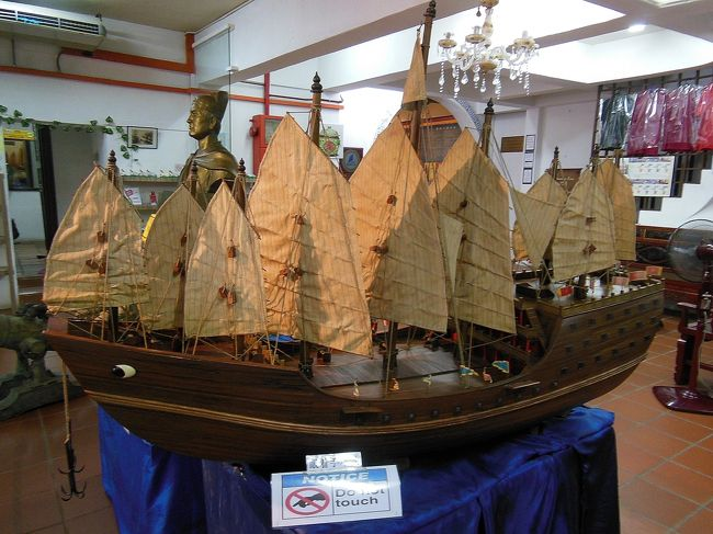 """観光初日(9月1日)の続き<br /><br />マラッカは海運の要衝として栄え、またそれ故に列強の支配を受けた街です。<br />そんなマラッカと海の関係を示す、鄭和文化館や海洋博物館などをまわります。<br />途中、マラッカ川のクルーズなども。<br /><br />写真は、鄭和文化館に置かれていた""""宝船(ほうせん)""""の模型"""