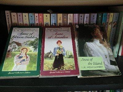 「赤毛のアン・シリーズの最初の3冊(Anne of Green Gables,Anne of Avonlea,Anne of the Island)を原書で読んだら、PEIに連れてってあげる」と夫に言ったら本当に読んでしまったので、行きましたとも、喜んで♪<br />でも我が家は車の運転ができないので、ツアーです。<br /><br />7/7-8 日本出発、キャベンディッシュ(2泊)<br />7/9-12 シャーロットタウン(2泊)<br /><br />まずは往復の機内食の写真を中心にご紹介します。
