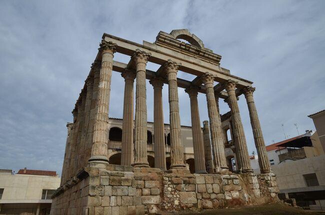 スペインは紀元前3世紀に古代ローマの一部となった地で、水道橋や橋などの遺跡やローマ式の街の痕跡が各地に残されています。そうした遺跡をこの目で見るためにスペインを訪れました。<br />ローマから遠く離れたこの地にもイタリアと同じような建築物があり、ローマと同じレベルの高度な都市生活が営まれていたことが実感できました。<br /><br />☆?★?☆?★?☆?★?☆?★?☆?★?<br />【2】メリダでローマ遺跡三昧<br /> 次に向かうのはメリダ。ここはローマの初代皇帝アウグストゥスによって置かれた属州ルシタニアの州都エメリタ・アウグスタです。古代ローマの遺跡の宝庫で、現代の街の中に神殿や凱旋門の残骸などが点在しています。街の南側を流れるグアディアナ川には現存する中で最長のローマ橋があり、今でも歩道として使われています。<br /> そして宿泊は旧市街の真ん中にあるパラドール。今度は修道院を改装したもので、あちこちに修道院らしさが残るとても趣のある建物でした。<br />☆?★?☆?★?☆?★?☆?★?☆?★?<br /><br /> 1 いきなりハイライトのセゴビア水道橋<br />&gt;2 メリダでローマ遺跡三昧<br /> 3 古代ローマ橋・アルカンタラ橋とちょっとだけポルトガル<br /> 4 セビリアと近郊のローマ都市イタリカ<br /> 5 コルドバのメスキータとローマ橋<br /> 6 アルハンブラ宮殿とその敷地内のパラドール(グラナダ)<br /> 7 ロンダと白い村カサレス<br /> 8 ラ・マンチャの風車は期待以上<br /> 9 トレドの街を臨むパラドール