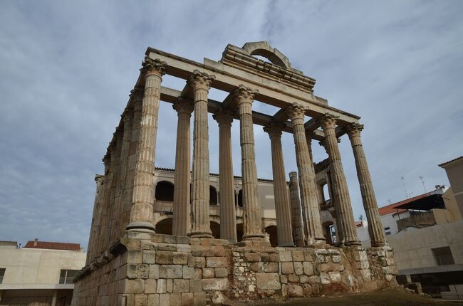スペインは紀元前3世紀に古代ローマの一部となった地で、水道橋や橋などの遺跡やローマ式の街の痕跡が各地に残されています。そうした遺跡をこの目で見るためにスペインを訪れました。<br />ローマから遠く離れたこの地にもイタリアと同じような建築物があり、ローマと同じレベルの高度な都市生活が営まれていたことが実感できました。<br /><br />☆?★?☆?★?☆?★?☆?★?☆?★?<br />【2】メリダでローマ遺跡三昧<br /> 次に向かうのはメリダ。ここはローマの初代皇帝アウグストゥスによって置かれた属州ルシタニアの州都エメリタ・アウグスタです。古代ローマの遺跡の宝庫で、現代の街の中に神殿や凱旋門の残骸などが点在しています。街の南側を流れるグアディアナ川には現存する中で最長のローマ橋があり、今でも歩道として使われています。<br /> そして宿泊は旧市街の真ん中にあるパラドール。今度は修道院を改装したもので、あちこちに修道院らしさが残るとても趣のある建物でした。<br /><br />※古代ローマ遺跡に興味のある方はぜひ下記のサイトもご覧ください!<br />サラマンカのローマ橋(スペイン)<br />http://roman-ruins.com/salamanca/<br />コウノトリの巣ミラグロス水道橋とメリダの三つの水道(スペイン)<br />http://roman-ruins.com/merida-aqueduct/<br />現存する中で最長―メリダのローマ橋(スペイン)<br />http://roman-ruins.com/merida-roman-bridge/<br />☆?★?☆?★?☆?★?☆?★?☆?★?<br /><br /> 1 いきなりハイライトのセゴビア水道橋<br />&gt;2 メリダでローマ遺跡三昧<br /> 3 古代ローマ橋・アルカンタラ橋とちょっとだけポルトガル<br /> 4 セビリアと近郊のローマ都市イタリカ<br /> 5 コルドバのメスキータとローマ橋<br /> 6 アルハンブラ宮殿とその敷地内のパラドール(グラナダ)<br /> 7 ロンダと白い村カサレス<br /> 8 ラ・マンチャの風車は期待以上<br /> 9 トレドの街を臨むパラドール