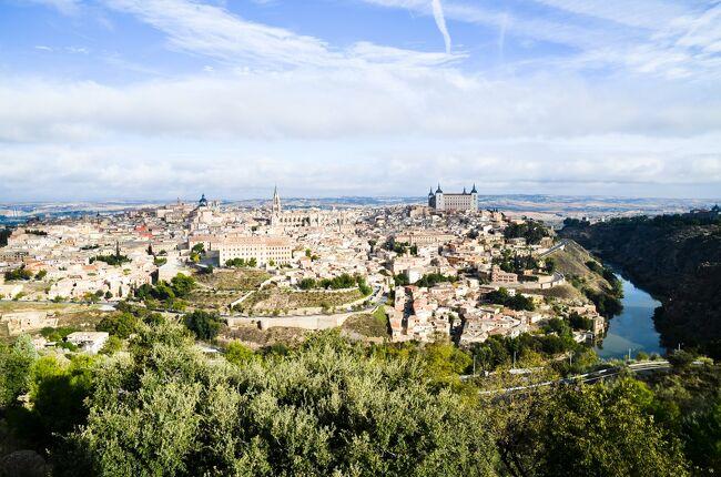 スペインは紀元前3世紀に古代ローマの一部となった地で、水道橋や橋などの遺跡やローマ式の街の痕跡が各地に残されています。そうした遺跡をこの目で見るためにスペインを訪れました。<br />ローマから遠く離れたこの地にもイタリアと同じような建築物があり、ローマと同じレベルの高度な都市生活が営まれていたことが実感できました。<br /><br />☆?★?☆?★?☆?★?☆?★?☆?★?<br />【9】トレドの街を臨むパラドール<br /> 朝の爽やかな空のもと、ホテルのテラスからトレドの街を眺めます。<br /> レストランのテラス席があるので、せっかくだから8時の開店まで待って、優雅なティータイムを過ごしてから出かけることにしました。<br /> 充実したスペインの旅もいよいよ終わり。高速道路でマドリード空港まで行って帰路につきました。<br />☆?★?☆?★?☆?★?☆?★?☆?★?<br /><br /> 1 いきなりハイライトのセゴビア水道橋<br /> 2 メリダでローマ遺跡三昧<br /> 3 古代ローマ橋・アルカンタラ橋とちょっとだけポルトガル<br /> 4 セビリアと近郊のローマ都市イタリカ<br /> 5 コルドバのメスキータとローマ橋<br /> 6 アルハンブラ宮殿とその敷地内のパラドール(グラナダ)<br /> 7 ロンダと白い村カサレス<br /> 8 ラ・マンチャの風車は期待以上<br />&gt;9 トレドの街を臨むパラドール