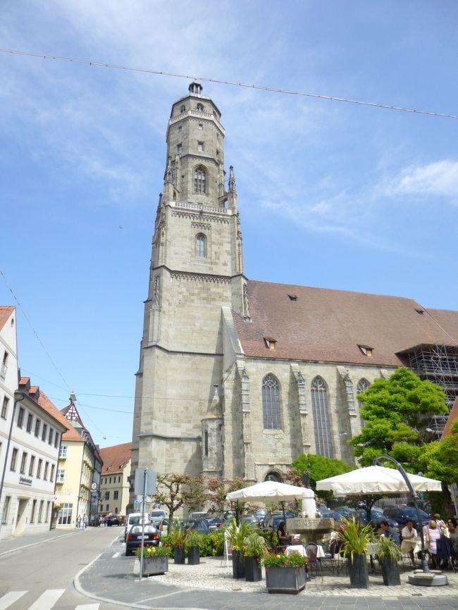 "Romantische Strasseロマンチック街道、Schwaebische Alb Strasseシュヴェービッシュ・アルプ街道、Burgenstrasse古城街道の旅<br /><br />期間 :2012年05月15日(火)〜05月29日(火)15日間の旅<br /><br />≪ネルトリンゲンに残る塔守の伝説:Noerdlingen≫<br />Die Sage・Turmwaechter:トゥルムヴェヒター(塔守)の伝説<br /><br />""生きている完全な中世都市""と称されるNoerdlingenネルトリンゲンはローテンブルクの町から南に80kmの距離にある。この町も1500万年前に直径1000mの隕石が落下・衝突によって形成されたと云われる、25kmのリース盆地にあって、かつての新教派の帝国都市である。<br /><br />中世城塞都市の環状のStadtmauer城壁が14世紀に建てられ、5つの門、11の塔と共に、今もほぼ完全に保存され、この町をぐるりと囲んでいる。<br /><br />この町でもいまだに城壁を夜警が見回るのだと云う。しかも城壁の回廊を歩いて一周できる町は広いドイツでもネルトリンゲンだけなのだ。人口は21千人。<br /><br />写真はSt.Georgs-Kirche聖ゲオルク教会"