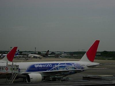 マイルが貯まったので無料航空券で上海旅行。 (*^-゚)<br />今回の旅の友は夫です。もとい、友じゃくお供です。只だから連れて行くのよ!<br />上海は初めてだけど、香港と似ているかな、ま何とかなるでしょ。(^^ゞ<br /><br />★5/18 出発、雑技鑑賞<br />5/19 上海街歩き、外灘観光トンネル<br />5/20 蘇州(ツアー)<br />5/21 魯迅公園、帰国