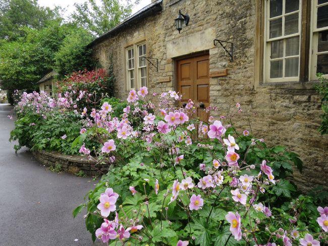 コッツウォルズで最も古い家並みが保存されている村<br />カッスル・クーム。<br />コッツウォルズは、どこも同じじゃないの?と思いながら<br />訪れたが、そんなことなかった。<br />ここにはここの良さがあったのでした。