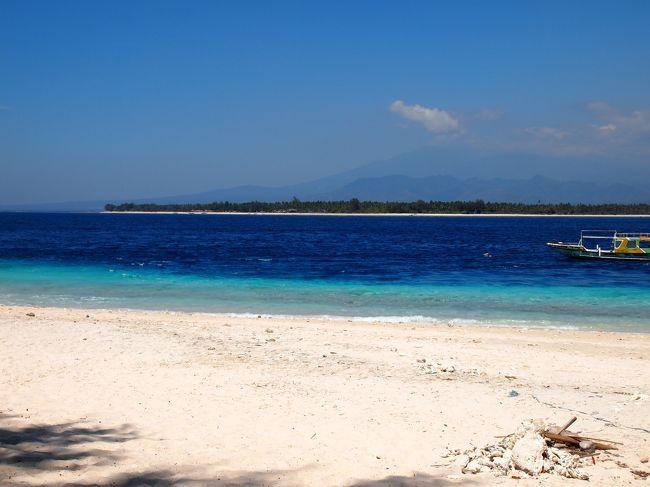 昨年に引き続き再びインドネシアの小島&quot;ギリメノ&quot;へ。<br /><br />今年は二つの目的を用意して旅立ちました。<br /><br />一つは地図作り、どんどん変わっていく島を自分用の記録として。<br />もう一つは、昔に海岸でパイナップル売りをしていた少女の今に出会うこと。<br /><br />さーどんな旅になることやら。<br />でも、基本は飲んで食べて・・・・かな。<br /><br />昨年はこちら<br />http://4travel.jp/travelogue/10819318<br /><br />後編はこちら:http://4travel.jp/travelogue/10936885<br /><br />リラクゼーション↓<br />https://www.youtube.com/watch?v=r34wAi1QGY4