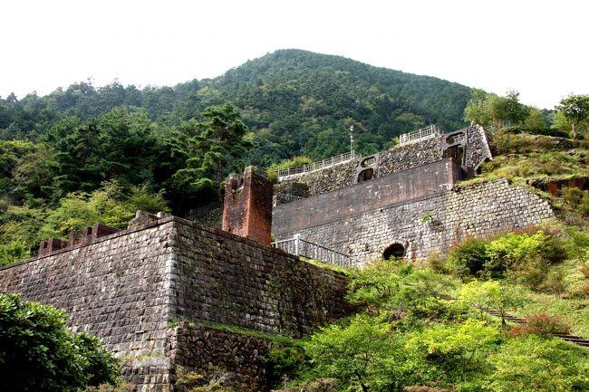 """愛媛県新居浜市にある「別子銅山」は、元禄4年から昭和48年の閉山まで283年という長きにわたり銅を採掘し続けた日本三大銅山の一つで、さらに住友一社で採鉱された世界でも類をみない珍しい""""大銅山""""でした。<br /><br />現在は採掘された「東平(とうなる)」「端出場(はでば)」が一般に開放され、昔の偉業を今に伝えています。<br />ここは、なんとあのペルーのマチュピチュと似ているということから「東洋のマチュピチュ」とも言われている場所。<br />う〜ん、実際どうなのだろうか???<br /><br />今回は、「東平(とうなる)」「端出場(はでば)」の両ゾーン、さらには別子ラインの途中の山奥にあるオーベルジュゆらぎの里に泊り、1泊2日新居浜まるごと満喫してみました!<br /><br />【あわせて読みたい関連リンク】<br />実物大の動く恐竜がリアルすぎ!愛媛県総合科学博物館は1日遊べるパラダイス!<br />http://guide.travel.co.jp/article/6284/<br />別子銅山の鉱山鉄道で江戸へタイムスリップ!マイントピア別子〜端出場ゾーン〜<br />http://guide.travel.co.jp/article/6305/<br />天空の森に眠る産業遺産!マイントピア別子 東平ゾーンは東洋のマチュピチュ!?<br />http://guide.travel.co.jp/article/6312/<br />森の中で食べる極上フレンチ!オーベルジュゆらぎは眠れる森の一軒宿<br />http://guide.travel.co.jp/article/6391/<br /><br /><br />【ゆきんこ新居浜旅行ブログ】<br />http://yukinnko21.blog17.fc2.com/blog-category-45.html"""