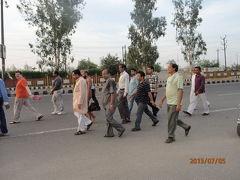 インド世界遺産の旅(5)早朝の散歩。ジャイナ教徒の裸の行進。