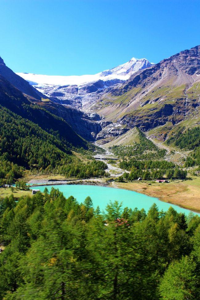 急に思い立ち秋のスイスに行ってきました。<br />ミモザにとっては32年振りのスイスです。<br /><br />お天気が心配でしたが、運がいいことに旅行中とてもいい天気に恵まれスイスの素晴らしい山々を堪能しました。<br /><br />先ずはダボスに2連泊して、絶景列車ベルニナ鉄道に乗車しました。<br />素晴らしい景色の連続でした。<br /><br />途中で明日乗車するアルブラ線のハイライト・ランドバッサー橋を見上げる写真ポイントに寄りました。<br />