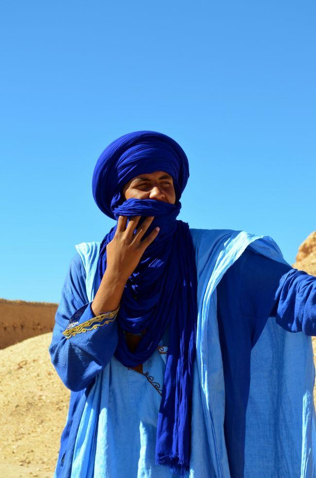 「まぁ現地でなんとかなるだろう」と例によってノープランで出発したモロッコ旅行。<br />遠く離れた異国の地に到着した当日の内に無事ツアーを予約し、翌日の早朝にはマラケシュ発の混載ツアーに参加する事に。<br />イスラム圏では「インシャアッラー(アッラーの思し召しがあれば)」と言う言葉にしょっちゅうぶち当たるが、こうすんなり行く時のインシャアッラーは嬉しいものですね。<br /><br />信心深い方々は本来の意味としてインシャアッラーを使います。つまり自分としては最大限の努力を尽くすが、天変地異等自分の力が及ばないアッラーの力に寄る原因で出来ない時は許してくれ、と言う意味。<br />しかし信心深くない地域や国民性がいい加減な地域ではこのインシャアッラーを悪用し、「インシャアッラー=やらない」と言う悪しき用法がまかり通る。まさに自分にやる気がでなかった、自分がすっかり忘れてしまったのはアッラーが望まれなかった結果なのだ…と。<br /><br />ちなみに「中東のIBM」と言う言葉がありますが、決してエジプトのパソコンメーカーとかではありません。<br />I =インシャアッラー(アッラーが望めば)<br />B =ボクラ(明日)<br />M =マーレッシュ(まぁ、気にすんな)<br />上記それぞれの頭文字で、中東地域の仕事がすんなり進まない時の返答頻度の高い言葉たち。しかもやっかいなのはこれらの言葉を仕事をしなかった張本人が平然と使うって所…。<br /><br />てっきりモロッコも悪しきインシャアッラーを用いる地域と思っていましたが、なかなかどうしてそうではありません。<br /><br />余談はさておき、今回の2泊3日ツアーの内容です。<br /><br />【1日目】<br />早朝マラケシュを出発<br />アトラス山脈越え<br />世界遺産「アイト・ベン・ハッドゥの集落」<br />ワルザザード<br />ダデス渓谷 泊<br /><br />【2日目】<br />ティネリール<br />トドラ渓谷<br />メルズーガ砂丘 泊<br /><br />【3日目】<br />メルズーガ〜マラケシュまで移動のみ<br />(但し往路とは違うルートで戻る)<br /><br />私は3日目をキャンセルして変わりに以下の通り。<br />【3日目】<br />シジルマサで車を乗り換え<br />イフレン<br />フェズ<br /><br />これで確か10,000円ちょいだったと記憶しています。<br />でも全く同じバスの参加者の中にはもっと安く乗れた人もいたみたいなので、値切り交渉もきくのでしょう。