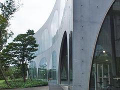 伊東豊雄氏設計の多摩美術大学図書館へ