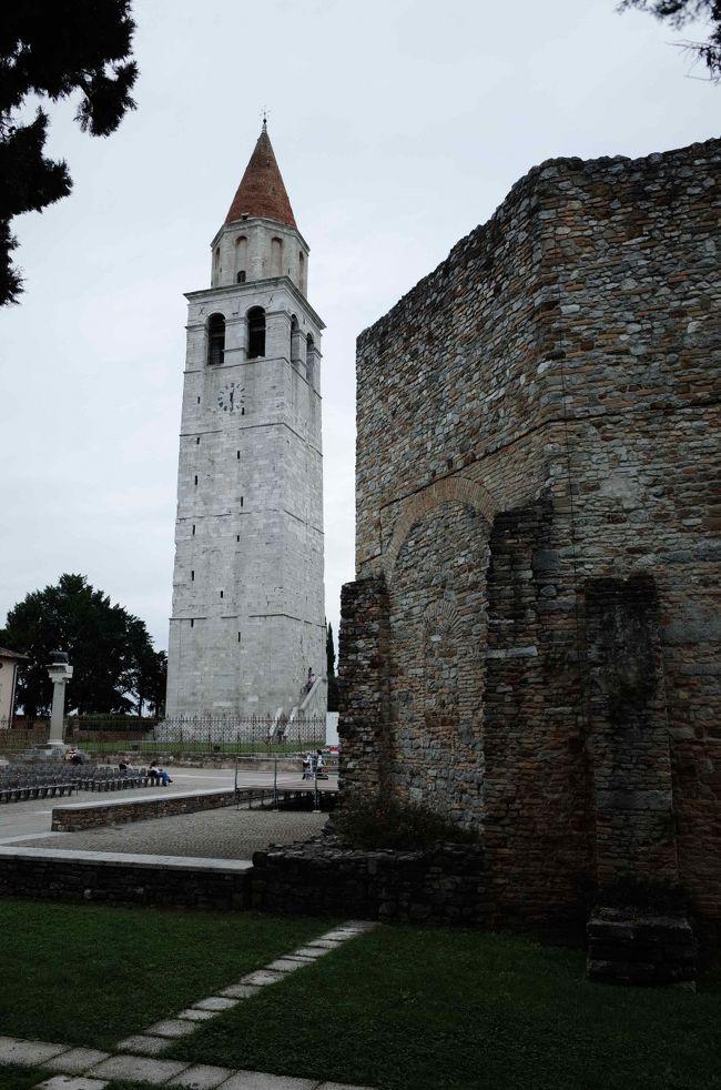 トリエステ発の日帰り旅行。世界遺産になっているアクイレイアの大司教座跡と、干潟の町グラードを探訪しました。<br /><br />★往路<br />トリエステ【鉄道】→チェルヴィニャーノ(Cervignano Aquileia Grado = Cervignano A.G.)<br />チェルヴィニャーノ→【バス/タクシー】→アクイレイア→【バス】→グラード<br /><br />※バスは SAF という会社が地元路線です。もともと本数は多くありませんが、冬ダイヤになるともっと本数が減ります。冬なら覚悟を決めて駅からタクシーを呼ぶのが良いかもしれません。<br />時刻表 SAF &gt; ORARI &gt; Grado invernale を参照。http://www.saf.ud.it/cms/data/pages/000150.aspx<br /><br />※これも本数は少ないですが、APTというトリエステ空港まで運行しているバス会社(E26)もこの区間を走ります。<br />時刻表 APT &gt; ORARI &gt; linea E 26 (verso Monfalcone e verso Cervignano-Grado)<br />http://www.aptgorizia.it/code/13808/Consulta-Orari-e-Scarica-pdf<br /><br />★帰路<br />グラードから夏季限定運行の長距離バス(APT社のE21番)でトリエステへ直行しました。モンファルコーネやドゥイノを経由して1時間40分ほどです。<br />
