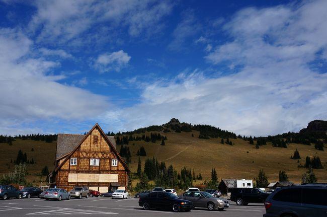 久々に北米を旅したくなり、いろいろと考えた末シアトルに決定。<br />前回、グランドキャニオンに行ったときのアメリカの国立公園の魅力が忘れられず今回また国立公園を巡る旅に。<br />日本には無い、壮大な自然、景色を満喫した旅でした。<br /><br />全日程<br />-Day 1- <br />NH1078にてNRT〜SEA Bussiness Class<br />レンタカーをピックし軽くシアトル市内をドライブ<br />ホテル(Holiday Inn Express Sea-Tac Airport)へチェックイン<br /><br />-Day 2-(←今ここ!)<br />マウントレーニエ国立公園へ。サンライズビジターセンターまで行く。軽いトレッキング。<br />その後国立公園内を1周ドライブをしながらシアトルダウンタウンまで行き軽い市内探索。<br />ホテルに帰る途中Safewayにてデリ、シアトルのビールRED HOOKを仕入れてホテルで食事後就寝<br /><br />-Day 3-<br />早朝ホテルを出発し、ワシントンフェリーにてベインブリッジ島へ。<br />オリンピック国立公園へ向かう。ハリケーンリッジビジターセンター到着。軽いトレッキング。<br />その後、La Pushへ。海岸線に打ち上げられた無数の流木。最果ての地を感じる。<br />最後はHoh Rain Forest ビジターセンターへ。<br />世界遺産にも登録されている、一面苔に覆われた神秘的な森を体感。<br />ハーフトレイルにチャレンジしてオリンピック半島1周ドライブ後ホテルへ。<br /><br />-Day 4-<br />Boeing工場見学(Future of Flight)へ。世界最大の工場(ギネス認定)を見学。<br />最新のB747-800やB777-9Xの製造過程を見学。<br />展望デッキにてDreamLifterの離陸に立ち会うことができた。<br />シアトルダウンタウン散策へ。パイクプレイスマーケット。スタバ1号店。スペースニードルを見学<br />夜中のダウンタウン市内の写真撮影に火が付き2時間ほどカメラ片手に街歩き。<br />奇麗なシアトル市内の夜景を楽しみながらハイウェイを飛ばす。<br />ホテル着<br /><br />-Day 5-<br />帰路へ。<br />レンタカーをチェックインしシアトル・タコマ空港へ。<br />NH1077 SEA~NRT Bussiness Class