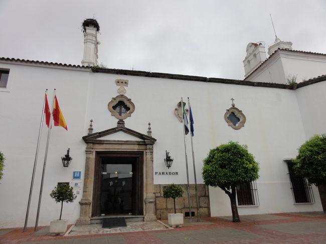 イースター休暇のポルトガル旅行、帰路おまけ1泊はスペインのメリダ。<br />もちろんパラドールがある街なら、宿泊は決まっています。<br /><br />メリダのパラドールに泊まるのは15年振りです。<br />前回泊まったときも、ポルトガル旅行の帰りに寄りました。<br /><br />ここは、18世紀の修道院を利用しています。<br />パラドール創立初期の1933年にオープンしました。<br /><br />かなり大きな建物で、駐車場の門を開けてもらう時にインターフォン越しに、<br />「地下駐車場に車を停めたら、荷物は出さずにレセプションに来て下さい」と言われた。<br />「?」と訳が分からないまま、言われた通りにレセプションへ向かう。<br />なるほど、廊下をいくつか通り抜けて、カフェテリアも突っ切って、やっと着く。<br />「駐車場アクセスはレセプションとお部屋の間に位置しているので、こうして頂きました」<br />と説明されて納得しました。<br /><br /><br />この旅行の日程:<br />1日目 マドリード → モンサント → カステロ ブランコ(泊)<br />2日目 トマール → バターリャ → ナザレ(泊)<br />3日目 カルダス ダ ライーニャ → オビドス → セトゥーバル → アゼイタオン → パルメラ(泊)<br />4日目 エヴォラ → メリダ(泊)<br />5日目 帰路 マドリードへ<br /><br /><br />**********************************<br />今までのパラドール旅行記リスト (パラドール = スペイン国営ホテル)<br /><br />サフラ<br />(2004年)<br />http://4travel.jp/travelogue/10156934<br />(2011年)<br />http://4travel.jp/travelogue/10598368<br />アビラ<br />http://4travel.jp/travelogue/10260552<br />レオン<br />http://4travel.jp/travelogue/10262580<br />トレド(食事のみ)<br />http://4travel.jp/travelogue/10325154<br />プラセンシア<br />http://4travel.jp/travelogue/10374581<br />モンフォルテ<br />http://4travel.jp/travelogue/10412568<br />サント エステボ<br />http://4travel.jp/travelogue/10417085<br />カルモナ<br />http://4travel.jp/travelogue/10467976<br />グアダルーペ<br />http://4travel.jp/travelogue/10475669<br />オロペサ(食事のみ)<br />http://4travel.jp/travelogue/10482557<br />グラン・カナリア島 クルス・デ・テヘダ<br />http://4travel.jp/travelogue/10494712<br />テネリフェ島 テイデ国立公園<br />http://4travel.jp/travelogue/10501539<br />モンテ ペルディド (ビエルサ)<br />http://4travel.jp/travelogue/10537892<br />レルマ<br />(2011年)<br />http://4travel.jp/travelogue/10541936<br />(2014年 食事のみ)<br />http://4travel.jp/travelogue/10941261<br />グレドス<br />http://4travel.jp/travelogue/10551205<br />オリテ<br />http://4travel.jp/travelogue/10559279<br />トゥルヒージョ<br />http://4travel.jp/travelogue/10563295<br />ビジャフランカ・デル・ビエルソ<br />http://4travel.jp/travelogue/10570984<br />リンピアス<br />http://4travel.jp/travelogue/10577187<br />エル サレール<br />http://4travel.jp/travelogue/105