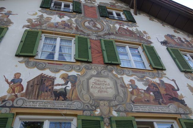 フレスコ画が描かれた家がたくさんあるオーバーアマガウ。<br />18世紀に描かれはじめ最初は窓枠のみのシンプルなものでしたが、20世紀以降に童話の話が描かれました。<br /><br />なかでも有名なものは村はずれのエッタール通りにある「赤ずきん」「ヘンゼルとグレーテル」「七匹の子やぎ」が描かれたお家です。<br /><br />太陽が元気すぎて逆光になり写真が上手に取れなかったのが少し残念ですが、天気にも恵まれ青空のした壁画の家を楽しく見て歩きました。<br /><br />旅程<br /><br />10月 9日(木) 成田→ヘルシンキ乗継→ミュンヘン→ガルミッシュ・パルテンキルヒェン(泊)<br />10月10日(金) オーバーアマガウ→ミッテンヴァルト→インスブルック(泊)<br />10月11日(土) インスブルック(泊)<br />10月12日(日) インスブルック→フランクフルト乗継→<br />10月13日(月) 成田