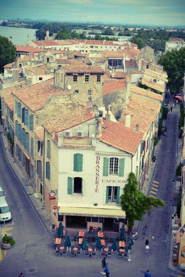 亡き母の夢を叶えるため夏のフランスへ向かった。(とか言いながら自分が行きたかったんだけど ^^;)<br /><br />目的はラヴェンダー。母はずっとラヴェンダー畑を見るのが夢だった。<br />その夢が叶わないまま天国へ逝ってしまった母の写真をポーチにしのばせて出発。<br /><br />南仏となるともう行きたいところはたくさんある。<br />7月って通常仕事をしていたらなかなか休むのは難しい季節だが、今年は運良く?仕事を切り替わる時で、ホントは優雅に旅に行ってる場合でもないのだが、来年はどうなってるかわからないし、行ける時に行っちゃえ!!ってことで、とりあえずパリへ、そして帰りはニースというエアを予約。<br /><br />旅程は17日間、その間の旅スケはどうにでもなった。<br />本当はパリにも数日滞在するつもりだったけど、どんどん行きたいところが増えちゃって、結局行ったことあるパリは素通りとなってしまった。<br /><br />プロヴァンス&コートダジュール、南仏だけにするつもりだったんだが、アルザスの可愛い木組みの家並みが見たくなり、パリの空港からアルザスへTGVもあるので、こりゃまずはそっちだ!と、長い一人旅のプロローグはアルザスから始まった。<br /><br />今日はこっちの気分じゃないな、あぁ~やっぱりこうしよう、と、とことん自由に美しい風景を求めて、さぁ、フランスのJuillet(7月)の扉を開けてみよう(^-^)/<br /><br />7/3 22:30羽田→7/4 3:30パリ・CDG(by Airfrance)<br /><br />7/4 7:40パリ・CDG→アルザス・ストラスブール(by TGV)  <br />ストラスブール泊(Hotel Nid de Cigognes)<br /><br />7/5 ストラスブール→コルマール(by TER)<br />コルマール⇔リボーヴィレ&リクヴィール (by Bus)   <br />コルマール泊(Hotel Le Marechal)<br /><br />7/6 コルマール⇔エギスハイム&テュルクハイム(by Taxi&amp;TER)   <br />コルマール泊(Hotel Le Marechal)<br /><br />7/7 コルマール→プロヴァンス・アヴィニョン(by TGV)  <br />アヴィニョン泊(Chambre d&#39;hote Viguiere Provence)<br /><br />7/8 リュベロン地方を回る現地ツアー参加(by Minibus) <br />アヴィニョン泊(Chambre d&#39;hote Viguiere Provence)<br /><br />7/9 アヴィニョン&サンレミドプロヴァンス(by Bus)<br />アヴィニョン泊(Chambre d&#39;hote Viguiere Provence)<br /><br />7/10 アルル&リルシュルラソルグ(by TER)  <br />アヴィニョン泊(Chambre d&#39;hote Viguiere Provence)<br /><br />7/11 アヴィニョン→エクスアンプロヴァンス(by TGV) <br />エクスアンプロヴァンス⇔ルールマラン(by Bus)    <br />エクスアンプロヴァンス泊(Hotel Cardinal)<br /><br />7/12 セニョン&ピュイモワッソン&リエラヴェンダー街道(by Car)<br />エクスアンプロヴァンス泊(Hotel Cardinal)<br /><br />7/13 エクスアンプロヴァンス→ニース(by TGV)    <br />ニース泊(Hotel Regence)<br /><br />7/14 ニース⇔サンポール&ヴァンス(by Bus)<br />ニース泊(Hotel Regence)<br /><br />7/15 ニース⇔カンヌ&アンティーブ(by TER)⇔ビオ(by Bus)<br />ニース泊(Hotel Regence)<br /><br />7/16 ニース→モナコ→エズ(by Bus)<br />エズ泊(Chateau Eza)<br /><br />7/17 エズ→マントン→ヴィルフランシュ→ニース(by Bus)<br />ニース泊(Hotel Regence)<br /><br />7/18 ニース・コートダジュール空港→パリ・CDG→東京・成田(by Airfrance)<br /><br />7/19 帰国<br /><br />番外編ラヴェンダーhttp://4travel.jp/travelogue