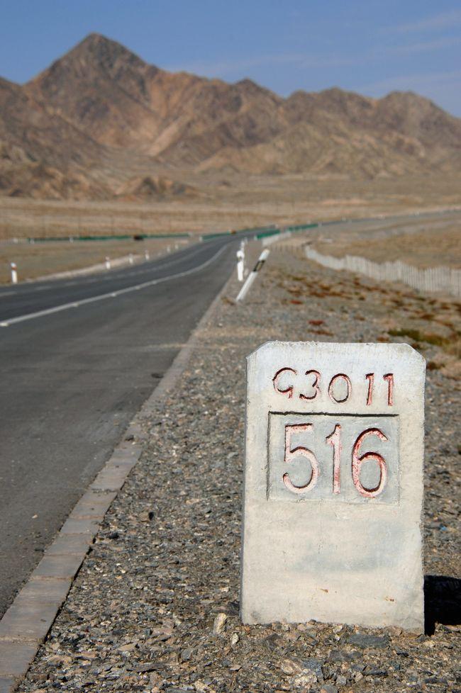 9月16日。<br />青海省海西蒙古族藏族自治直轄県級行政区の大柴旦で一泊した翌日、夕べ真っ茶色だった山並みに、もう積雪が見られました!<br />何ともう早や!…と思いましたが、標高3,000m弱の土地なので、9月でももうそれも有るんだ・・とビックリ。<br /><br />その後、国道215号線を北上しながら、この辺りで一番高い土地を越えて甘粛省へと入って行きますが、320kmの道程なので、敦煌到着後の西千佛洞までに一話増えちゃうことになりました。<br />綺麗な青空と雲彩、そして、大陸独特の高圧線電柱の造型も楽しみながら、青海省と甘粛省の境に当たる当金山の最高標高地点辺りまでお届けします。<br /><br /><br />本編は、敦煌へ向けて移動中のトイレ休憩や写真撮影休憩をグダグダ並べています。<br />尚、標高3,700mでの風景は、最後の10枚ほどのトイレ休憩のシーンで紹介しています。