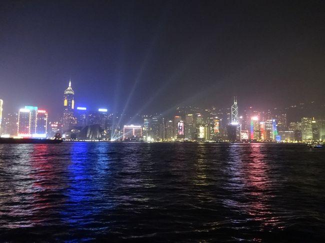 2013年12月30日(月)〜2014年1月2日(木)<br /><br />年末の旅行は、予約に出遅れたためあまり選択の余地はなく香港・マカオに決定!!<br />香港は、2回目・マカオは初!!<br />価格が全然違うので個人旅行の方が良かったのだけど、お連れさんの強い要望によりツアー参加となりました。<br />結果、楽しくていい思い出になった旅行でした♪<br />香港は、近いのでいつでも来れる感じですね。2回行っただけでは、全ては観光し尽くせません。<br />マカオもステキなところだったので今度行くならもっとゆっくりと滞在したいです。<br /><br />【ツアー名】煌めきの香港・マカオ4日間<br />【旅行会社】阪急交通社 トラピックス<br />【航空会社】全日空(直行便)<br />【 日程 】2013年12月30日(月)〜2014年1月2日(木)<br />【 料金 】¥169,900(別途空港使用料・諸税・燃油サーチャージ)<br />【宿泊ホテル】香港 パンダホテル<br /><br /> 1日目:移動<br />     夜までフリー・シンフォニーオブライツ<br /> 2日目:香港島観光・SKY100・ビクトリアピーク<br /> 3日目:マカオ・ディナークルーズ<br /> 4日目:フリー・帰国<br /><br />《1日目 行程》<br />10:10 関西国際空港 <br />13:30 香港国際空港<br />14:30 ホテルへ移動<br />15:00 パンダホテル到着<br />16:00 周辺散策<br />17:50 夕食のレストランヘ<br />18:30 『全聚徳』にて北京ダックの夕食<br />19:45 アベニュー・オブ・スター<br />20:00 シンフォニー・オブ・ライツ<br />20:20 再集合⇒ホテルへ<br /><br />■香港■<br /><br />香港は、中華人民共和国香港特別行政区というのが正式名称<br />特別行政区とは本国とは異なる行政機関が設置され、独自の法律が適用されるなど自治権を持つ地域のこと。<br />中国ではこの香港とマカオがそれにあたります。<br />1997年にイギリスから返還されました。<br /><br />公用語は、英語と広東語<br /><br />地域は、大きく分けると香港島・九龍半島・新界・ランタオ島に分かれます。<br />ランタオ島は香港国際空港・香港ディズニーランドがある島。<br />九龍半島と香港島北部が最も観光客でにぎわうスポットではないかと思います。<br /><br />気候は、年間を通じて暖かく過ごしやすい気候。<br />冬でも厚手のコートは不要で現地の人は半袖で過している人もいるくらい。<br />それでも時折寒いことがあったので防寒着は、必要。<br />驚きだったのがホテルのエアコンは、冷房設定しかないところが多いということ。<br />そんなことは、つゆ知らず寒いのでエアコンをつけてもいっこうに暖かくならない・・・<br />翌日ガイドの方に話してみると冷房設定しかないとのこと。<br /><br />香港は、チップの習慣があります。<br />チップって本当に慣れないです(;′゚∀゚`)<br /><br />時差は日本時間より1時間遅い<br /><br />■マカオ■<br /><br />ヨーロッパ調の美しい街並みが印象的なマカオは1999年にポルトガルから中国に返還されました。<br />カジノが楽しめるリゾート都市<br /><br />香港から南西に70km。気候は、香港とほとんど変わらない。<br /><br />公用語は、広東語とポルトガル語。でも、最近ではポルトガル語を話せる人は少ないらしいです。<br />マカオの通貨は、パタカ。香港ドルも使用できます。<br /><br />マカオは、世界でもっとも人口密度が高い地域<br /><br />時差は、香港と同じ-1時間