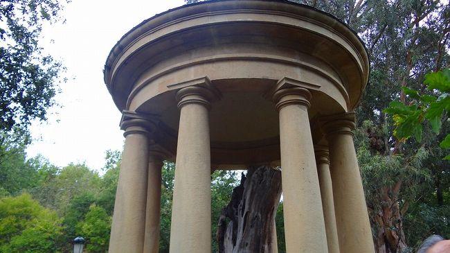 上巻からの続きです。<br /><br />写真は、庭に展示されていた枯れた初代オークの木。この建物の中に展示されています。