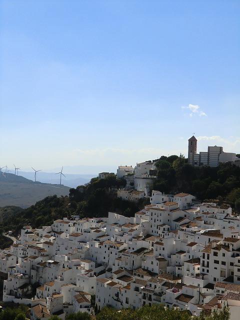 ジブラルタルへ行った翌朝、エステポナ経由、<br />「白い村カサレス」へ行ってみた。<br /><br />ミハスやフリヒリアナのように観光地化・俗人化しておらず、<br />素朴な村の様子を感じ取る事ができた。<br /><br />カサレス村の外れにある高台からは、<br />村の全景、風車、海まで見渡す事ができ、絶景だった。<br />いつまでも素朴な村であって欲しいと思った。<br /><br />---------------------------------------------<br /><br />●日程●<br />2013/10/5~10/14。 計10日間。<br />1日目: 成田、パリCDG空港経由、ポルトガルのリスボンIN。<br />2日目: リスボン、オリエンテ、トゥネス、ラーゴス、サグレス泊。<br />3日目: サグレス、ラーゴス泊。<br />4日目: ラーゴス、ファロ、スペインのセビーリャ泊。<br />5日目: セビーリャ、ロンダ泊。<br />6日目: ロンダ、アルヘシラス、ジブラルタル、ラ・リネア泊。<br />7日目: ラ・リネア、カサレス、エステポナ泊。<br />8日目: エステポナ、フエンヒローラ、ミハス、マラガ泊。<br />9日目: マラガ空港、パリCDG空港経由、日本へ。機内泊。<br />10日目: 成田着。<br />------------------------------------------------------------<br />●旅行記●<br />カメラ不具合発生。すべてピンボケ。温かい目でご覧ください。<br />【1/7作目】http://4travel.jp/travelogue/10940088<br />【2/7作目】http://4travel.jp/travelogue/10942498<br />【3/7作目】http://4travel.jp/travelogue/10944765<br />【4/7作目】http://4travel.jp/travelogue/10945317<br />【5/7作目】http://4travel.jp/travelogue/10946846<br />【7/7作目】http://4travel.jp/travelogue/10952160<br />------------------------------------------------------------<br />●関連リンク●<br />①バス会社Avanza(Portillo)社<br />  http://portillo.avanzabus.com/web/default.aspx?lang=en<br />②ラ・リネア・デ・ラ・コンセプションのホテル「Asur」<br />  http://www.asurcampodegibraltar.com/<br />③エステポナのホテル「Buenavista」<br /> トリップアドバイザーのクチコミ<br />  http://www.tripadvisor.jp/Hotel_Review-g187437-d238675-Reviews-Buenavista-Estepona_Costa_del_Sol_Province_of_Malaga_Andalucia.html<br /><br /><br /><br /><br />