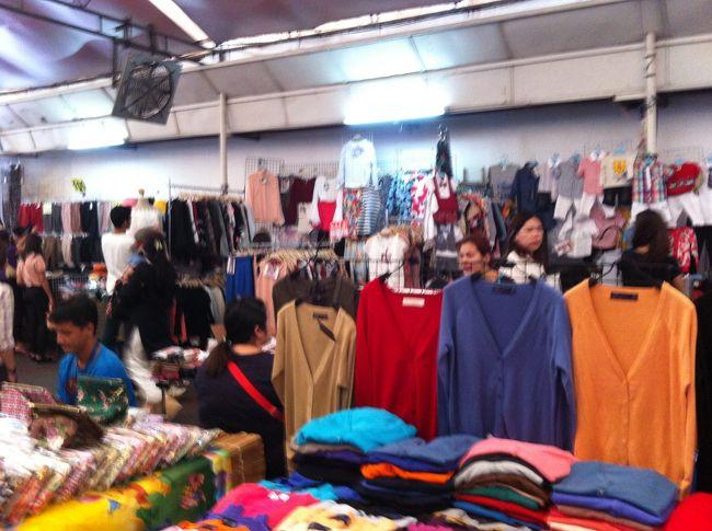 OL市場はプルンチットとチットロムの間のスクンビット通り沿いにあります。<br />BTSチットロム駅で下車、4番出口を出てプルンチット方面にスクンビット通りを歩きます。<br />歩いて5分位でしょうか?<br /><br />お昼時はランチをする人、買い物する人でいっぱいです。<br />OL市場の中には様々な屋台が出ています。<br />洋服、カバン、化粧品、雑貨、携帯関連商品、おもちゃ・・・<br />食べ物やタイスイーツの屋台も惣菜食堂もあります。<br /><br />この市場の中で私の好きなお惣菜屋さんがあります。<br />味付けは薄めなので日本人でも食べやすいと思います。<br />目印は食堂の中の木です。<br />ご飯とおかず2品、目玉焼きを付けて60バーツでした。<br />私は時々、この店のおかずだけを買って、家でご飯します。<br /><br />ショッピングセンターやデパートでの買い物も楽しいけれど<br />また一味違うローカルな雰囲気を味わえますよ。<br /><br />観光で来る方にも行きやすい場所かと思います。