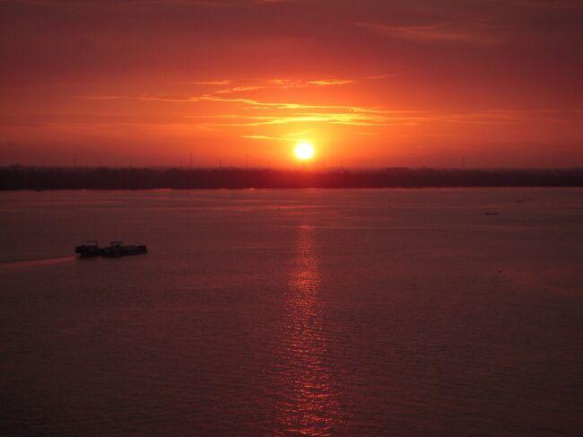写真は、ホーチミンの港で見たメコン川越しの朝日です。<br />今回は、クルーズで東南アジア5カ国を周遊しました。<br /><br />ゆったりとしたクルーズライフを楽しめ、あまり訪れたことのない東南アジアの町や風景も見学でき満足できました。<br /><br />羽田〜シンガポール〜ホーチミン(ベトナム)〜コタキナバル(マレーシア)〜バンダルスリブガワン(ブルネイ)〜スラバヤ(インドネシア)〜ベノア/バリ島(インドネシア)〜帰国<br /><br /><br />訪れた都市の印象<br />シンガポール 7年ぶりの訪問、変貌振りに驚かされます。<br />1月の平均気温 最高30℃、最低24℃<br />ホーチミン 3年ぶりの訪問、相変わらず熱気が感じられる都市です。1月の平均気温 最高32℃、最低22℃<br />コタ・キナバル 初めてのボルネオ島訪問、長閑な雰囲気でした。<br /> 1月の平均気温 最高30℃、最低24℃<br />バンダル・スリ・ブガワン 他の東南アジアと異なり、石油金持ち国らしいゆとりを感じました。1月の平均気温 最高30℃、最低24℃ <br />スラバヤ 人々の熱気と物価の安さを感じました。<br />1月の平均気温 最高31℃、最低24℃<br />バリ島 20年ぶりの訪問、よりいっそう観光地化されていました。<br />1月の平均気温 最高31℃、最低25℃<br />