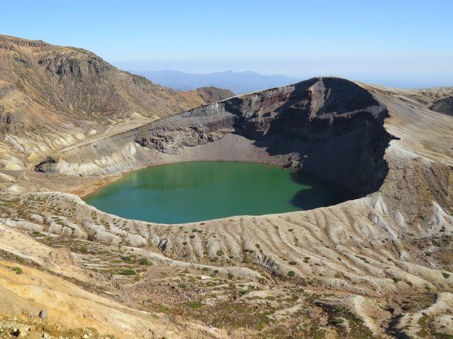 蔵王連峰は、宮城県と山形県を分け隔てる山の連なりで、東北地方を南北に走る奥羽山脈の1つです。最高峰は、中央蔵王にある熊野岳(1,841M)で、屏風岳(1,825M)、刈田岳(1,758M)、杉ヶ峰(1,745M)と続きます。蔵王連峰は、有史以来40数回の火山活動がある活火山で、最近も活動が伝えられており注目を集めています。<br /><br />蔵王エコーラインは、昭和37年に開通した、宮城県と山形県を結ぶ山岳道路です。今回の旅では、山形県の蔵王温泉側から出発し、蔵王坊平高原、御釜(蔵王刈田リフト利用)、滝見台を廻りました。植生(樹木)の変化は、ブナ・ミズナラ(青葉)〜ブナ・ミズナラ(黄・橙・褐色)、カエデ・モミジ(赤・黄)〜ダケカンバ・シラカンバ(落葉)〜アオモリトドマツ(青葉)〜ハイマツ(青葉)へと変化していました。<br /><br />滝見台の紅葉はちようど見頃で、ブナ・カエデ・モミジ、ナラ、クヌギ、ナナカマド・カツラなどが、黄緑・黄・橙・赤・茶と素晴らしいグラデーションを見せてくらました。三階滝(落差181M)と不動滝(落差53.5M)ともに水量が多く、紅葉の山肌を駆け落ちるさまは、素晴らしかったです。