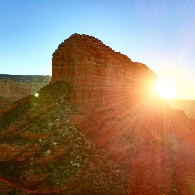 セドナでは1泊2日。セドナ4大ボルテックスのカセドラルロックとベルロック、そして、ここもボルテックスと言われるホーリークロス教会を巡りました。<br />岩山を登るのは、とにかく楽しかったです。登っていく岩山の景色も、眼下に見える景色も変化に富んでいて最高! 日中の陽が強い時間は避け、夕方と早朝に上ったのは正解。暑くなく思ったより楽でした。<br /><br />なお、全体の旅行記は、アリゾナ2014(全体編)をご覧ください。<br />http://4travel.jp/travelogue/10947040<br />