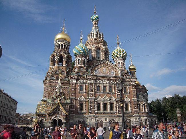 2014年夏旅<br />個人手配では難しいと思ってしまっていたロシア旅。でも、やってみたら実は全然簡単。そんなロシア旅の4日目 キジ島からサンクトペテルブルグに移動して、ロシア人ツアーに乗っかって、エカテリーナ宮殿に向かいます。<br /><br />http://hornets.homeunix.org<br /><br /> <br /><br />ここまでのロシア旅と現在公開中のこの先のロシア旅<br /><br />準備編1 ビザを取って寝台特急を予約してみた<br />http://4travel.jp/travelogue/10947290<br /><br />準備編2 キジ島フェリーを予約してみた<br />http://4travel.jp/travelogue/10947294<br /><br />Day1 赤の広場で たまねぎ寺院に出会った<br />http://4travel.jp/travelogue/10947362<br /><br />Day2 ガガーリンに会いに行ってみた<br />http://4travel.jp/travelogue/10947580<br /><br />Day3 異国で寝台特急!初体験<br />http://4travel.jp/travelogue/10949140<br /><br />Day4 念願のキジ島にたどり着いた<br />http://4travel.jp/travelogue/10949195<br /><br />Day5 ロシア人ツアー潜入レポ!<br />http://4travel.jp/travelogue/10951773<br /><br />Day6 Day7 サンクトで 路線バスに挑戦!<br />http://4travel.jp/travelogue/10960383<br /><br />Day8 レンタカーで国境越え!十字架の丘へ<br />http://4travel.jp/travelogue/10960690<br /><br />Day9 (歩いて回れちゃう!ヴィリニュス旧市街)<br />http://4travel.jp/travelogue/10960700<br /><br />Day10 (市場内の惣菜屋のごはんが超うまかった in リガ)<br />http://4travel.jp/travelogue/10965828<br /><br />Day11 (バックパック背負ったまま入るレーニン廟)<br />http://4travel.jp/travelogue/10968222<br /><br />Day12 (最終日:モスクワの丸亀製麺に行ってみた)<br />http://4travel.jp/travelogue/10968391<br />